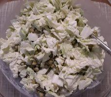 Žaliųjų žirnelių salotos su pekino kopūstu