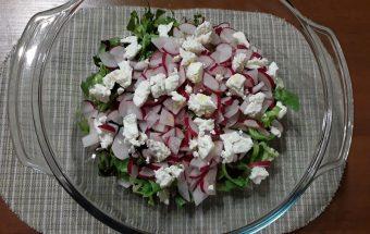 Ridikėlių salotos jų paruošimas naudojant sūrio produktus.